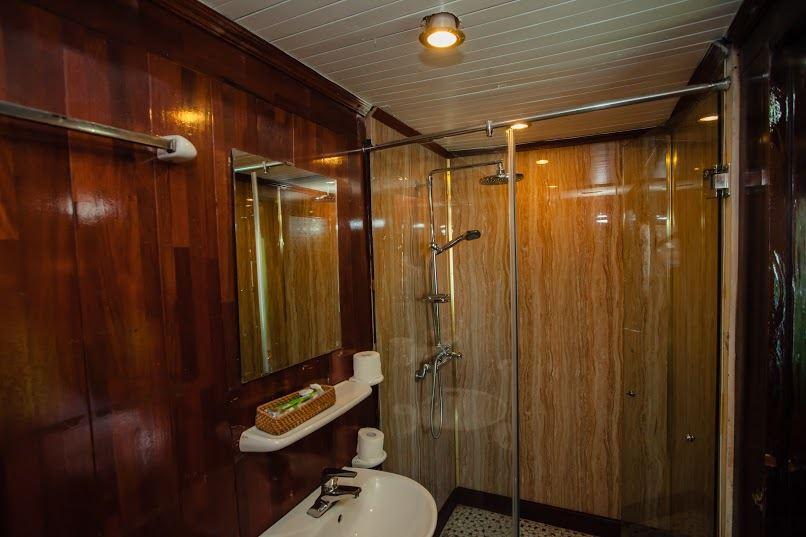 Phòng tắm du thuyền Lemon cruise.jpg
